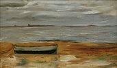 Strand mit grauem Kahn und grauem Meer