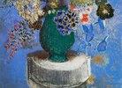 Blumen in einer grünen Vase
