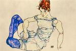 Sitzende Frau mit violetten Strümpfen