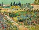 Blühender Garten mit Pfad. Arles