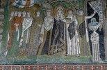 Die Kaiserin Theodora und ihr Hofstaat. Mosaik in der Apsis der Basilica San V