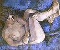 Kauernder weiblicher Akt auf blauem Sofa