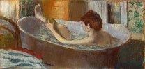 Frau in der Badewanne, sich ein Bein waschend