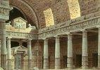 Dorische Säulenhalle mit Portal und zwei Sphingen