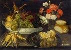 Früchtestillleben mit toten Vögeln und Nelken in einer Glasvase