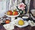 Äpfel in einer Obstschale und eine rose Rose in einer Vase