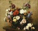 Strauß aus verschiedenen Blumen und Rosen auf einem Tisch