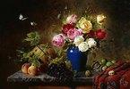 Rosenstrauß, Pfirsiche, Walnüsse und Weintrauben auf einer Marmorplatte