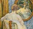 Frau beim Blick in den Spiegel