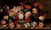 Rosen, Tulpen, Lilien und andere Blumen in einem Korb