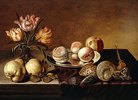 Ein Silberteller mit Pfirsichen, eine Vase mit Papageientulpen, Birnen und Muscheln