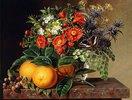 Orangen, Brombeeren und eine Vase mit Blumen auf einem Sims