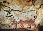 Höhle von Lascaux. Großer Saal, linke Wand: Zweiter Stier. Unten: Kniendes Rotes Rind. Ca. 17.,000 v. Chr
