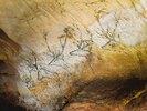 Höhle von Lascaux. Gesamtansicht der rechten Wand des Schiffes: Hirschköpfe. Ca. 17.000 v. Chr