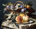 Stillleben mit Pflaumen in einem Weidenkorb und Pfirsichen auf einem Silberteller
