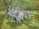 Eine Dame in weiß, in ihrem Garten sitzend