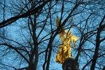 München, Friedensengel hinter kahlen Bäumen