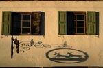 Oberbayern; Schattenspiel an Hausfassade