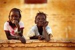 Africa /Mali/ Auf der Mauer, auf der Lauer: Diese beiden Mädchen posieren keck in Niafunke für den Fotografen