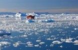 Ausflugsboot im Treibeis vor Ilulissat, Grönland