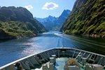 Bug des Postschiffes Nordlys bei Fahrt in den Trollfjord, Lofoten, Norwegen