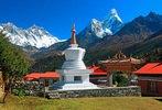 Stupa in der buddhistischen Klosteranlage Tengpoche gegen Mount Everest, Lhotse und Ama Dablam