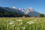 Blick vom Loisachtal zum Wettersteingebirge mit Alpspitze (2628m) und Waxensteinen