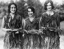 Drei Junge Frauen  aus Halifax in Virginia haben sich zum Erntefest Kleider aus den Blättern des Tabaks angefertigt. Halifax, Virginia. Photographie