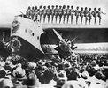 Zur Eröffnung des Flughafens von Los Angeles tanzte eine Gruppe von Gogo-Girls auf dem Flügel einer Personenmaschine. Photographie