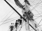 """Kadetten in der Takelage des Segelschulschiffes """"Worcester"""""""