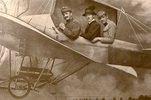 Drei Männer werden porträtiert, als Kulisse dient ein Bild von einem Flugzeug. Photographie
