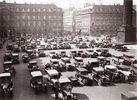 Parkende Autos am Place Vendome. Photographie. Frankreich