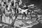 Der bekannte amerikanische Pilot Frank Hawks fliegt in seinem Flugzeug über Manhattan. New York. Amerika. Photographie