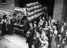 Nach Aufhebung der Prohibition wird ein aus der Brauerei kommender Lastwagen mit Bierfässern freudig begrüßt. New York. Amerika. Photographie