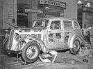 Um die Technik und den Motor sichtbar zu machen ist hier die Verkleidung des Wagens aus Glas. London, England. Photographie