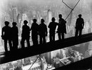 Arbeiter auf einem Eisenträger beim Bau Empire State Buildings