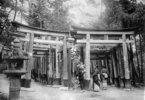 Japan: Eingangsportal zum Fushimi Inari Taisha Tempel in Kioto (Schrein der Gottheit Inari)