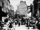 Frankreich Ile de France Paris: Reges Treiben auf einen Marktplatz in Paris. Rechts eine Kathedrale, im Hintergrund Haeuser mit Reklame auf den Fassaden. - undatiert, vermutlich um 1910er Jahre-  Aufnahme: HaeckelOriginalaufnahme im Archiv von
