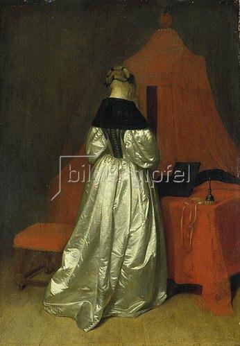 Gerard ter Borch: Dame in goldenem Gewand vor einem Bett mit roten Vorhängen.