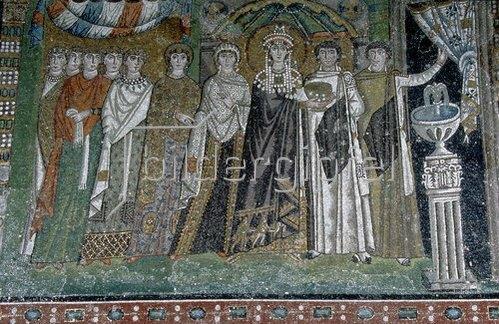Byzantinisch: Die Kaiserin Theodora und ihr Hofstaat. Mosaik in der Apsis der Basilica San V.
