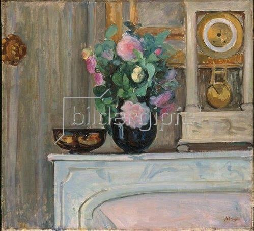 Henri Lebasque: Blumenvase und Uhr auf einem Kaminsims. Um 1920