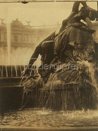Baron Adolphe de Meyer: Figurenreicher Springbrunnen auf einem Platz. 1910