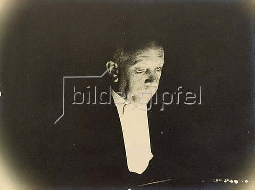 Erich Salomon: Richard Strauss am Dirigentenpult. 1930.
