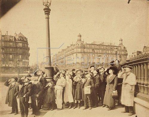 Eugène Atget: Die Sonnenfinsternis auf der Place de la Bastille. 1912