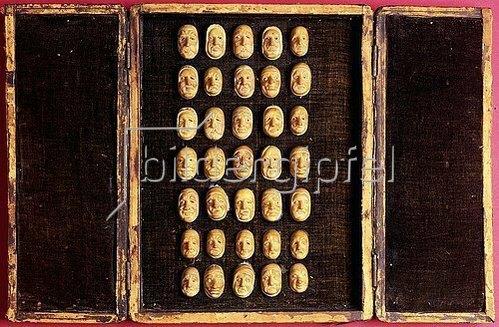 Unbekannt: Ein seltenes Set von 35 geschnitzten Miniaturen des menschlichen Gesichts mit der Darstellung unterschiedlicher Leiden und Befindlichkeiten. Präsentiert in einem mit Samt ausgekleideten und mit Leder überzogenen Koffer mit Doppeltüren. Spätes 18. Jh.