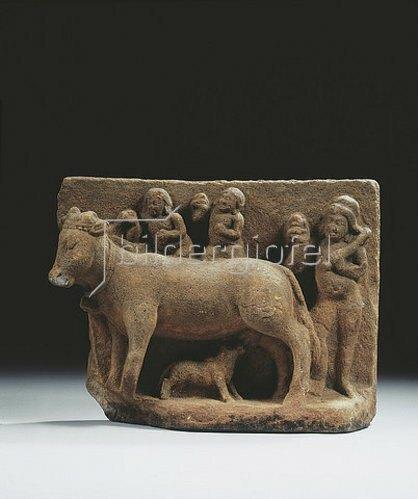Indisch: Eine Kuh, ein Kalb säugend und drei Personen im Hintergrund. Indien, Gupta Dynastie, circa 6. Jahrhundert.