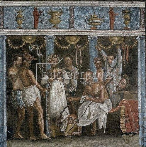 Unbekannt: Mosaik aus dem Haus des Tragödiendichters (Casa del Poeta Tragico): Ein Chorführer gibt Anweisungen an die Schauspieler. Im Vordergrund einige Masken. 3. Jh. v. Chr.