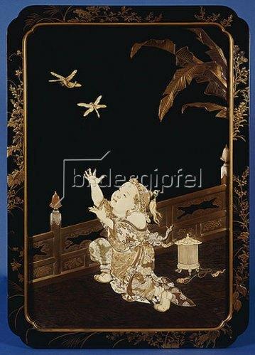 Japanisch: Eine gerahmte Roironuri Tafel mit der Darstellung eines Jungen, der auf einer Veranda zwei Libellen hinterherjagt. Meiji-Periode.