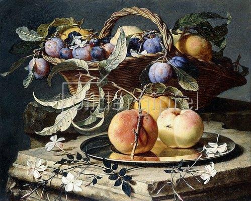 Christian Berentz: Stillleben mit Pflaumen in einem Weidenkorb und Pfirsichen auf einem Silberteller.