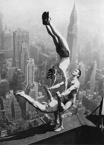 drei akrobaten turnen am empire state building new york von anonym kunstdruck. Black Bedroom Furniture Sets. Home Design Ideas